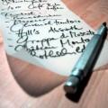 Bild eines Stiftes auf einem Brief.